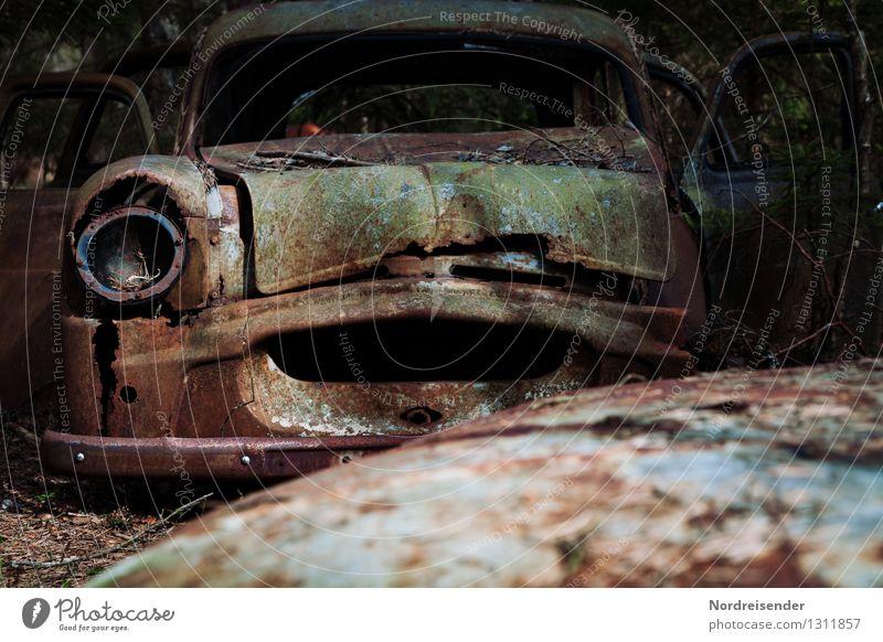 Statussymbole.... Verkehr Verkehrsmittel Autofahren Fahrzeug PKW Metall Stahl alt dunkel kaputt blau braun bizarr Ende Endzeitstimmung stagnierend Vergangenheit