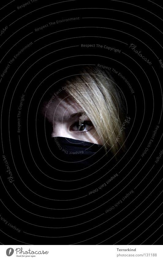 Terrorismus.ab.heute.nur.mit.Schwert. Junge Frau Frauengesicht blond Haarsträhne Blick in die Kamera Low Key Textfreiraum oben Textfreiraum unten Frauenaugen