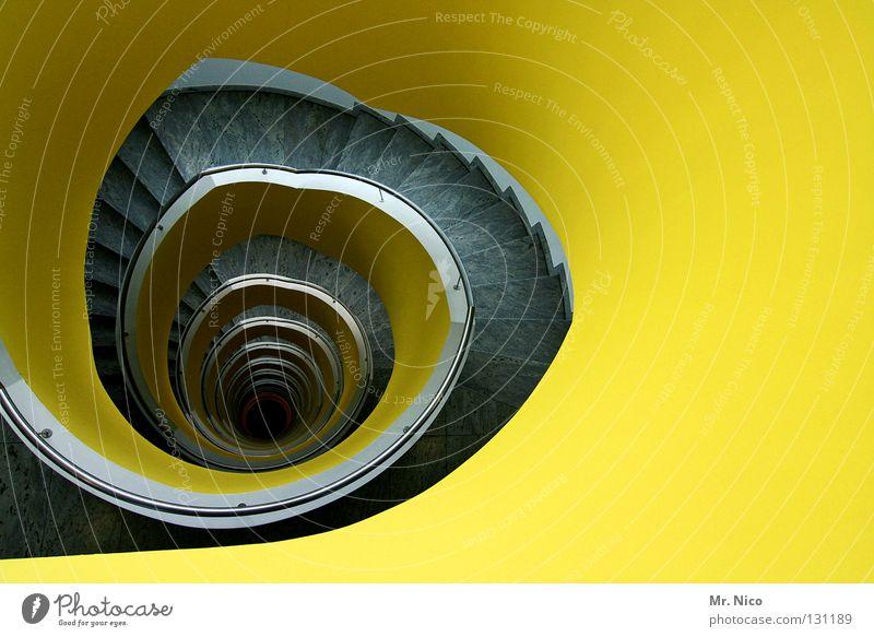 gelbes Treppenhaus Schneckenhaus rotieren Dreharbeit Herz-/Kreislauf-System rund tief eng Haus Wendeltreppe grau Grauwert Wand aufwärts abwärts Stil