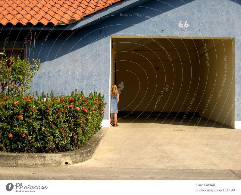 House 66 Route 66 Haus Ziffern & Zahlen Mädchen Hecke Einsamkeit blue blau number alone lonely Alltagsfotografie