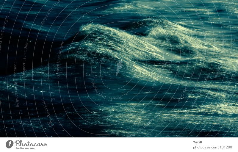 deep water Wellen Meer Bach Gewässer Verlauf Langzeitbelichtung weich Rauschen mischen dunkel bedrohlich Leidenschaft Sturm Wind See nass feucht kalt zyan