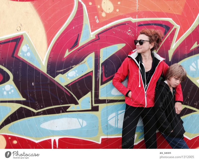 Mother and son Junge Frau Erwachsene Mutter Leben 2 Mensch 3-8 Jahre Kind Kindheit 30-45 Jahre Jugendkultur Subkultur Mauer Wand Fassade Mode Jacke Sonnenbrille