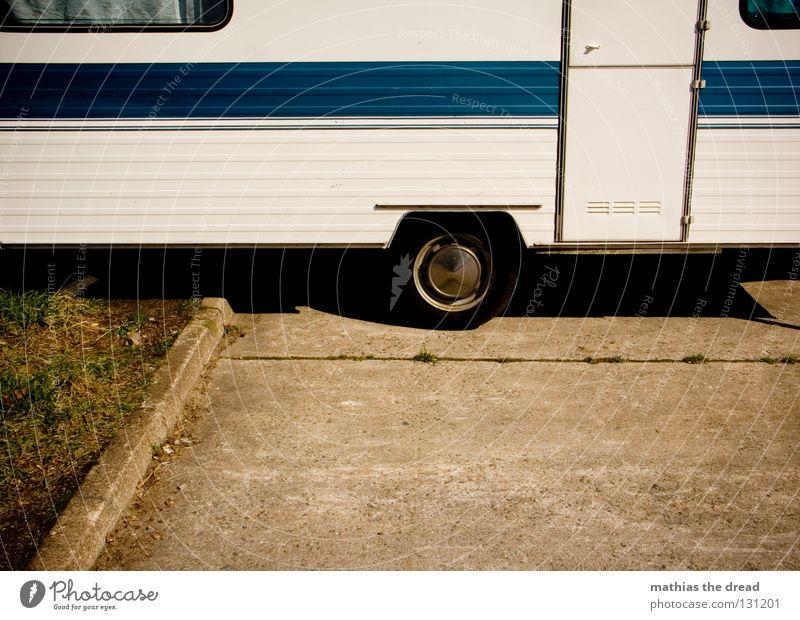 TIEFERGELEGT Wagen KFZ Transporter Streifen weiß Blech parken Heimat Wohnung unterwegs Parkbucht Ferien & Urlaub & Reisen Tourist Leben Erholung Wohnwagen