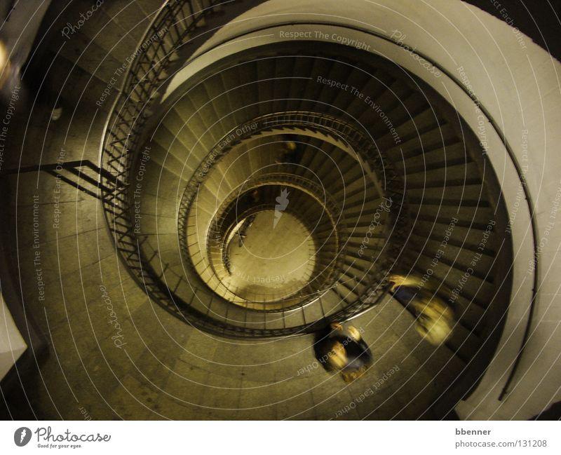 Treppenhaus im Bunker Etage Wasserwirbel Kreis historisch Wahrzeichen Denkmal Vergänglichkeit Geländer Mensch Aussehen Fliesen u. Kacheln Verwirbelung Schatten