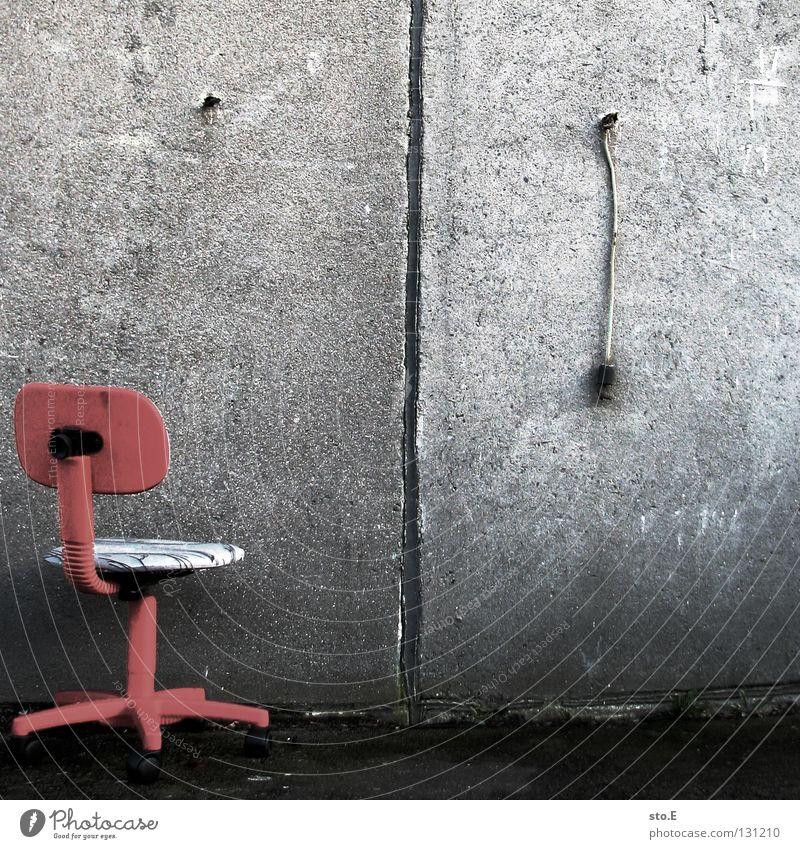 interpretationsfreiraum Quadrat Menschenleer Stillleben Wand Mauer Haus Gebäude Gelände Steinplatten Furche Nische Sitzgelegenheit Möbel Drehstuhl Billig