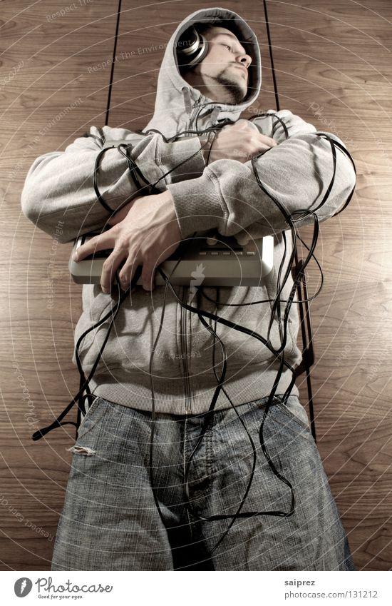 wire up (4) Kabelsalat Regler festhalten Diskjockey Mann Holz Schrank Drumpad berühren Technik & Technologie Musik Kapuze Jeanshose Maserung verdrahtet