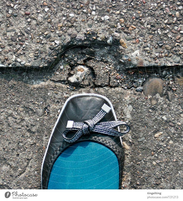 eingerückt Strumpfhose türkis Schuhe Schleife schwarz Beton Ecke Bekleidung petrol blau Fuß Stein Bodenbelag Linie Ballerina