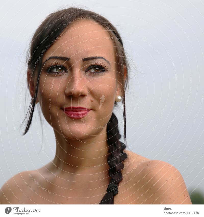 Nastya feminin 1 Mensch Schmuck Ohrringe brünett langhaarig Zopf beobachten Lächeln Blick warten schön Zufriedenheit Lebensfreude Optimismus Vertrauen