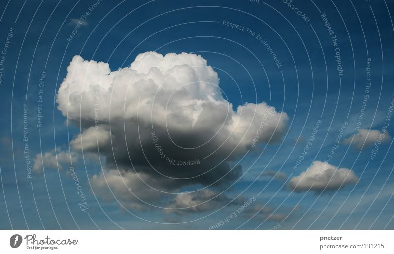 Wolke Himmel weiß blau Wolken dunkel grau Regen Kraft Wetter groß Kraft Gewitter beeindruckend schlechtes Wetter