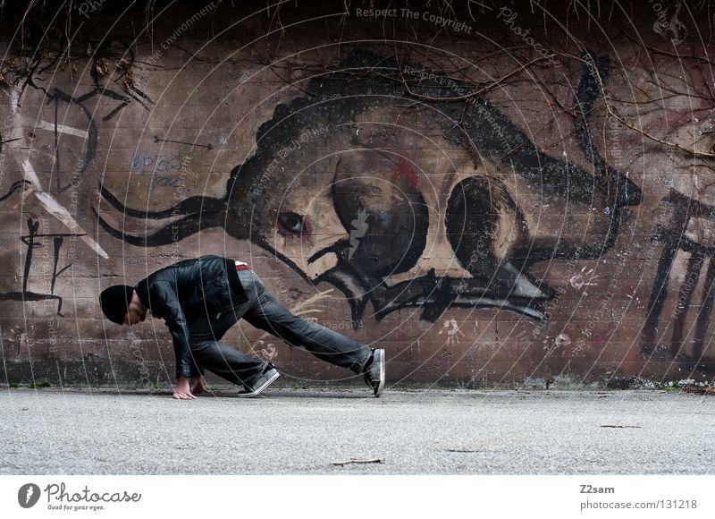 Auf die Plätze, fertig, los! Bulle Duell Zusammensein gegeneinander Gemälde Wand Mann Pullover Stil laufen verfolgen Tier braun dunkel Teer Beton Mütze Mensch