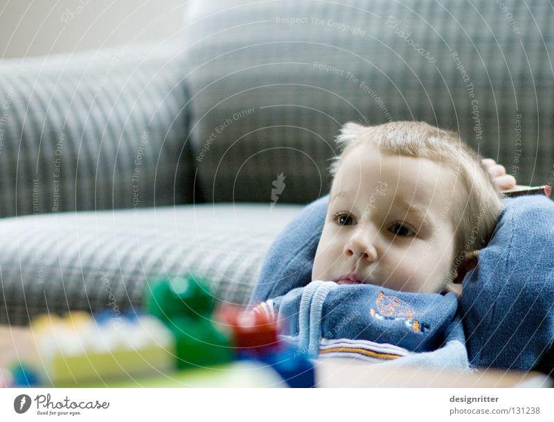 Träumer Kind Spielen Pause ruhig träumen vorstellen Erfinden Denken Langeweile übersättigt satt reich Zufriedenheit Junge Erholung Show Grübelei Überfluss