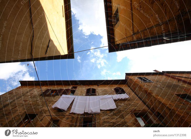aufgehängt Himmel Sommer Schönes Wetter Wäsche Handtuch Italien Toskana Stadt Stadtzentrum Altstadt Menschenleer Haus Traumhaus Platz Bauwerk Gebäude