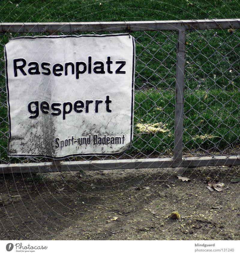 Europameisterschaft 2008 alt grün Freude Erholung Sport Spielen oben Bewegung Wege & Pfade Stein geschlossen Freizeit & Hobby Fußball Hinweisschild Pause