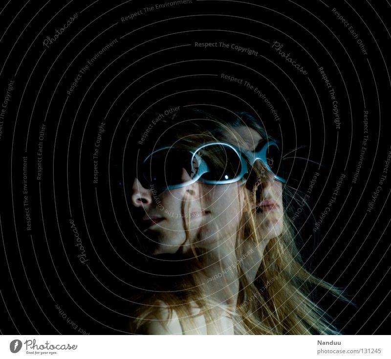 Fliegen Frau Mensch ruhig Gesicht dunkel Gefühle Kopf Haare & Frisuren Bewegung träumen blond Fliege Brille gefroren Geister u. Gespenster Sonnenbrille