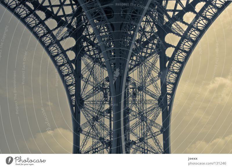 Ausstellungsstück Ausland Bauwerk Denkmal Tour d'Eiffel Eisen Frankreich gekrümmt Skelett Reflexion & Spiegelung historisch Nostalgie Ornament Paris Radius