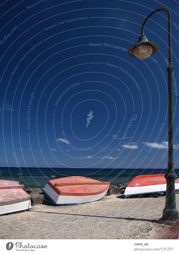 Umgelegt Wasserfahrzeug Lanzarote Anlegestelle Mole trocken Lampe Straßenbeleuchtung Laterne Fischer Pause Strand Wolken Einsamkeit frisch Schönes Wetter