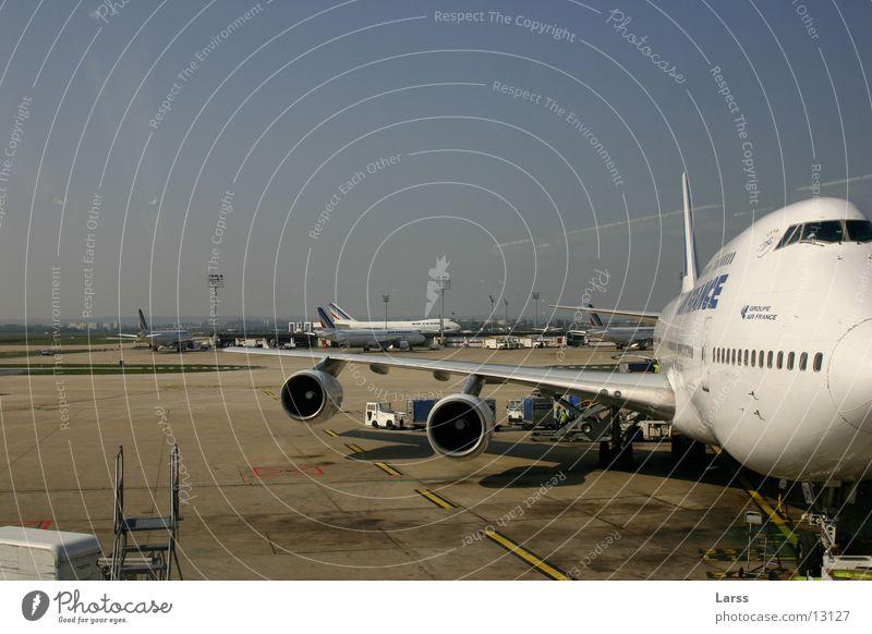 airport Luftverkehr Tragfläche Paris Flughafen Bildausschnitt Anschnitt Düsenflugzeug Triebwerke Rollfeld Passagierflugzeug