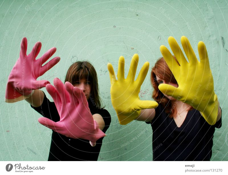 zwei Frauen mit Handschuhen Gummi rosa gelb knallig Rauschmittel türkis Wand dreckig Reinigen edel skurril seltsam Karneval obskur Finger 2 Rückansicht Luft