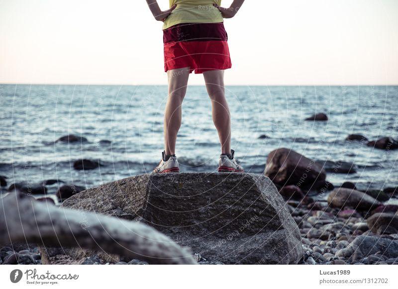 Standhaft Mensch Jugendliche Mann Erholung Meer Junger Mann Ferne Strand Erwachsene Küste Sport Stein maskulin Zufriedenheit Kraft wandern