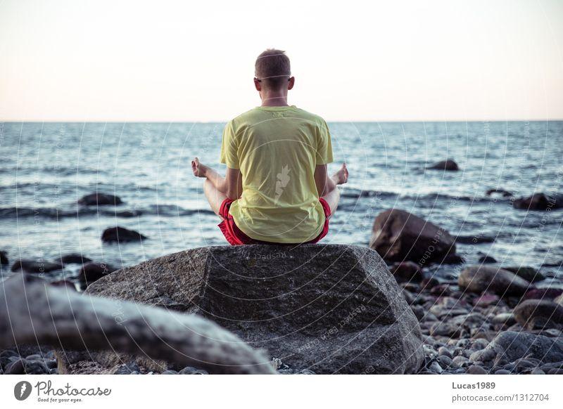 Ohmmmm Mensch Natur Jugendliche Mann Erholung Meer Junger Mann Landschaft ruhig Strand 18-30 Jahre Erwachsene Umwelt Küste Glück Felsen
