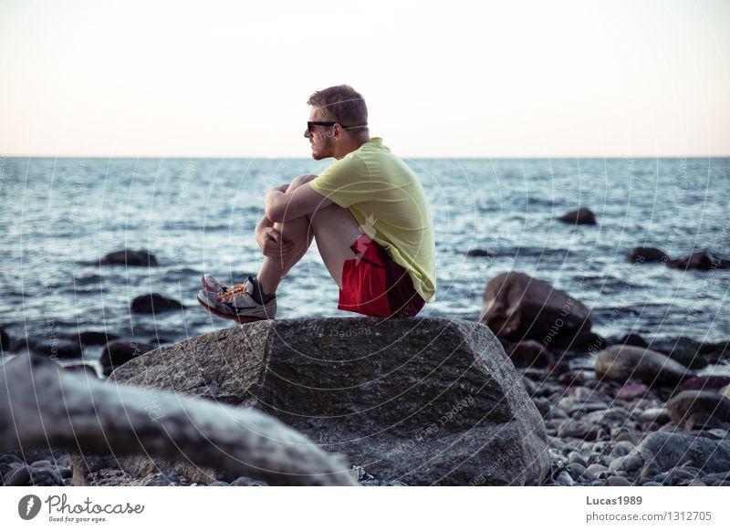 allein am Meer Mensch maskulin Junger Mann Jugendliche Erwachsene 1 Wellen Küste Seeufer Strand Nordsee Ostsee Insel beobachten sitzen kalt Glück Fröhlichkeit
