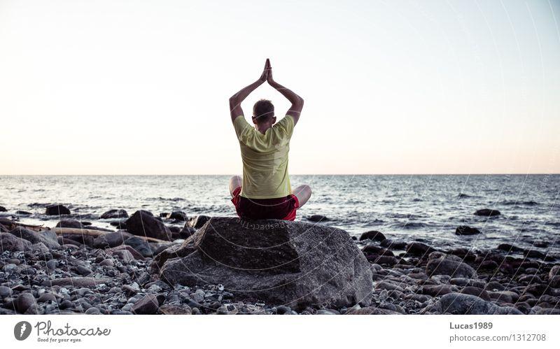mit sich selbst im Einklang Ferien & Urlaub & Reisen Mann Sommer Sonne Erholung ruhig Ferne Erwachsene Leben Gesundheit Glück Freiheit Zufriedenheit Tourismus Kraft Lebensfreude