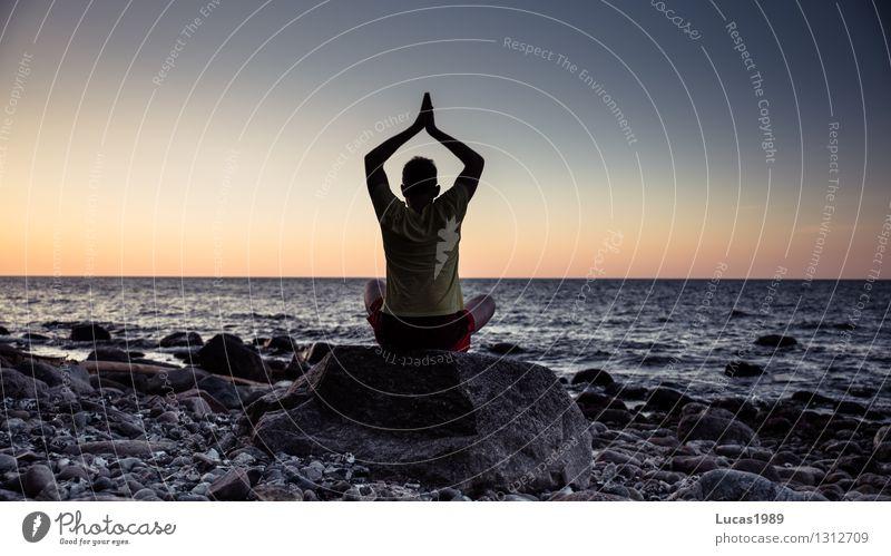 Yoga Mensch Jugendliche Mann Erholung Meer Junger Mann ruhig Strand Erwachsene Umwelt Leben Küste Stein maskulin Zufriedenheit Wellen