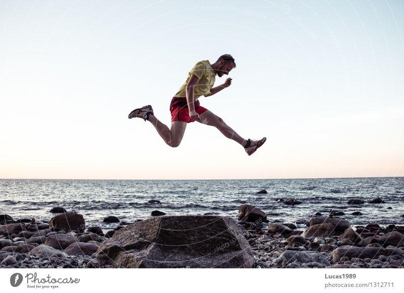 Sprunghaft Mensch Himmel Ferien & Urlaub & Reisen Jugendliche Mann Sommer Wasser Sonne Meer Junger Mann Freude Strand Erwachsene Gefühle Küste Sport