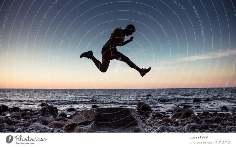 starker Sprung Mensch Jugendliche Mann Meer Junger Mann Freude Strand Erwachsene Küste Sport Glück außergewöhnlich Felsen springen maskulin Kraft