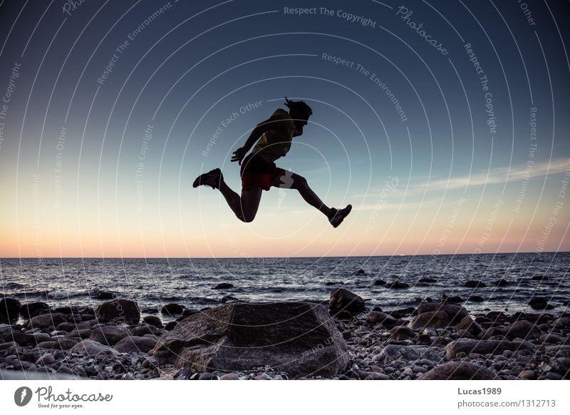 Sprung über dem Meer Mensch maskulin Junger Mann Jugendliche Erwachsene 1 Wasser Küste Freude Glück Fröhlichkeit Begeisterung Euphorie selbstbewußt Coolness