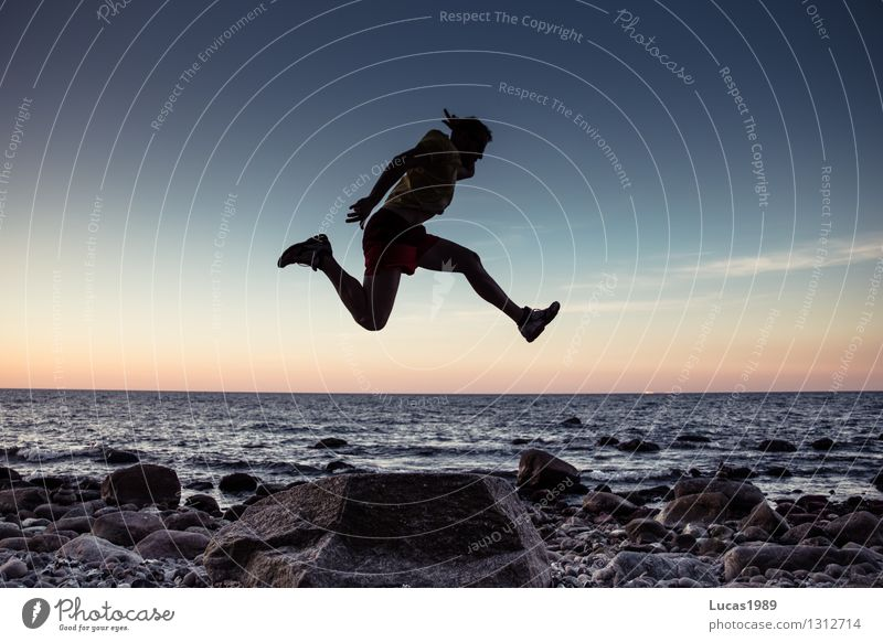 Cooler Typ Mensch Jugendliche Mann Meer Erotik Junger Mann Freude Strand Erwachsene Sport Glück außergewöhnlich Stein springen maskulin Zufriedenheit