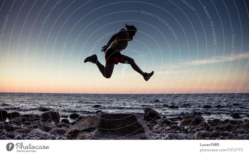 Hoch hinaus Mensch maskulin Junger Mann Jugendliche Erwachsene 1 Wasser Himmel Sonnenaufgang Sonnenuntergang Wellen Küste Seeufer Strand Bucht Nordsee Ostsee