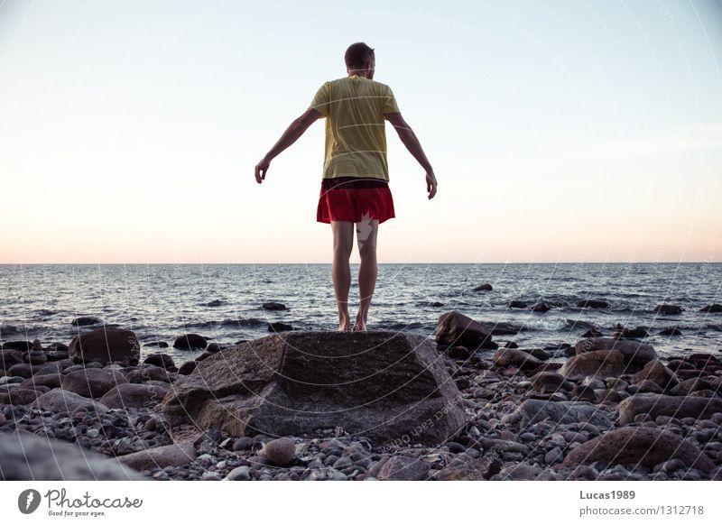 Sprungbereit Mensch Ferien & Urlaub & Reisen Jugendliche Mann Sommer Erholung Meer Junger Mann Ferne Strand Erwachsene Bewegung Küste Sport Freiheit springen