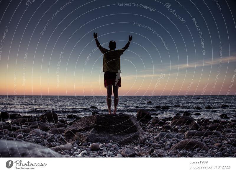 Welt, hier bin ich! Mensch Himmel Jugendliche Mann Meer Junger Mann ruhig Strand Erwachsene Küste Sport maskulin Zufriedenheit Wellen Arme warten