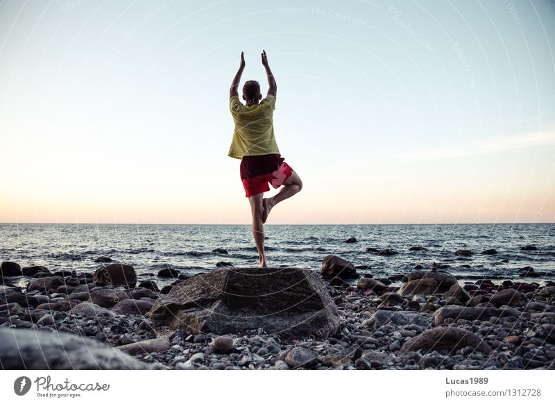Yoga III Himmel Wasser Meer ruhig Freude Strand Frühling Herbst Küste Sport Glück außergewöhnlich Felsen Zufriedenheit modern Wellen