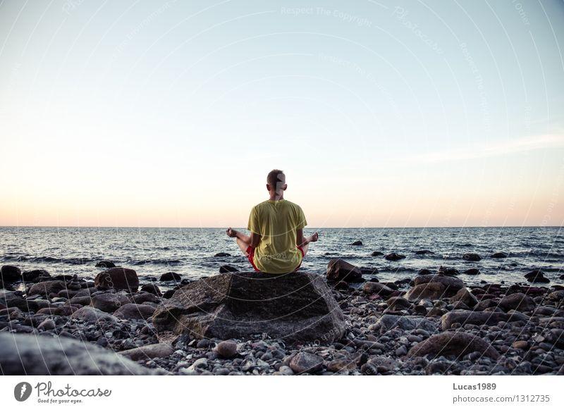 Meditation Mensch Jugendliche Mann Erholung Meer Junger Mann ruhig Strand Erwachsene Leben Küste Gesundheit Glück maskulin Zufriedenheit Wellness