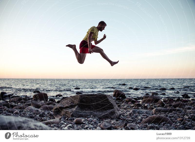 Sprung am Strand Mensch Ferien & Urlaub & Reisen Jugendliche Mann Sommer Meer Junger Mann Ferne Erwachsene Küste Freiheit Stein springen maskulin Tourismus