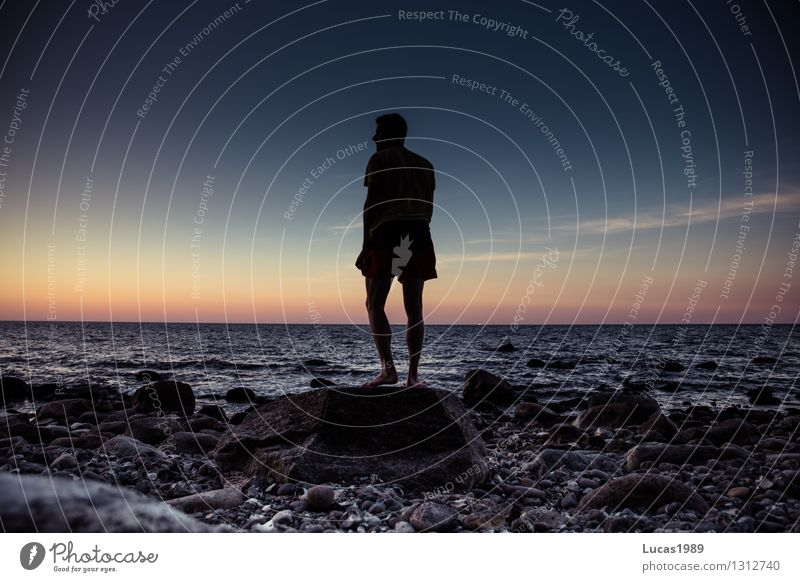 im Sonnenuntergang Mensch Himmel Jugendliche Mann Meer Junger Mann ruhig Strand Erwachsene Gefühle Küste Glück Freiheit Stein maskulin Zufriedenheit