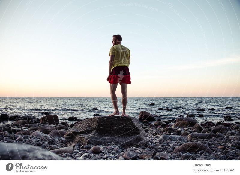 Schiffbrüchiger Mensch Himmel Ferien & Urlaub & Reisen Jugendliche Mann Wasser Meer Einsamkeit Junger Mann Ferne Strand Erwachsene Küste Freiheit maskulin