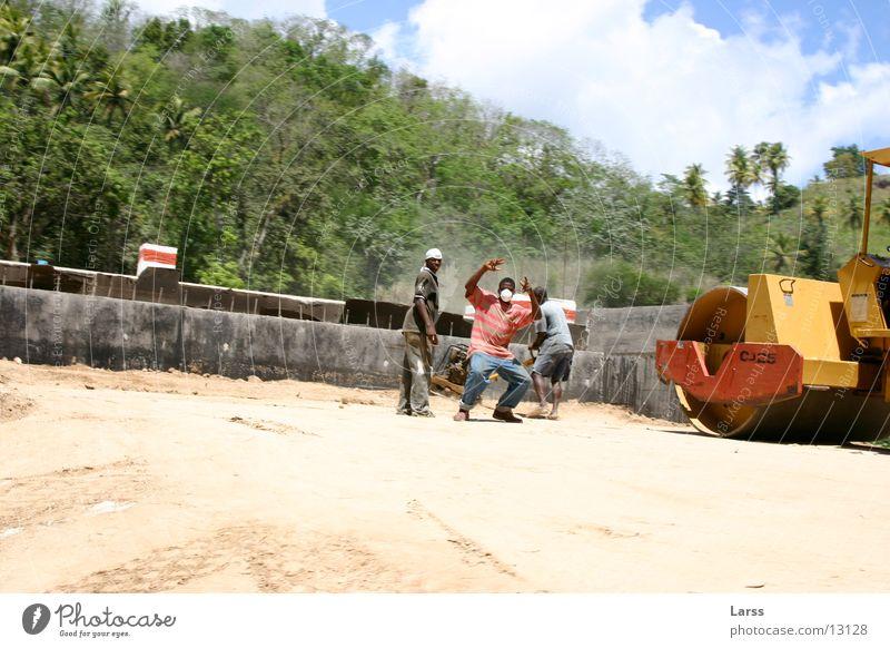 bauarbeiten mal anders Menschengruppe Körperhaltung Baustelle Aggression Bauarbeiter Arbeiter Maschine drohen Straßenbau Baumaschine