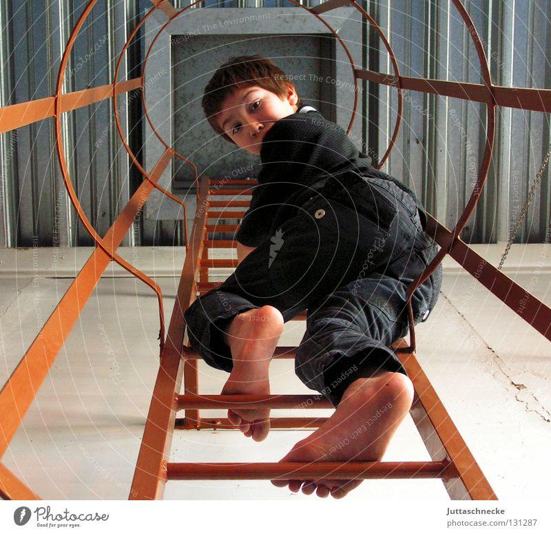 Catch me if you can Kind Junge oben hoch Erfolg Industrie Klettern entdecken Leiter Höhenangst Verbote forschen aufregend Wissenschaftler Schwindelgefühl Feuerleiter