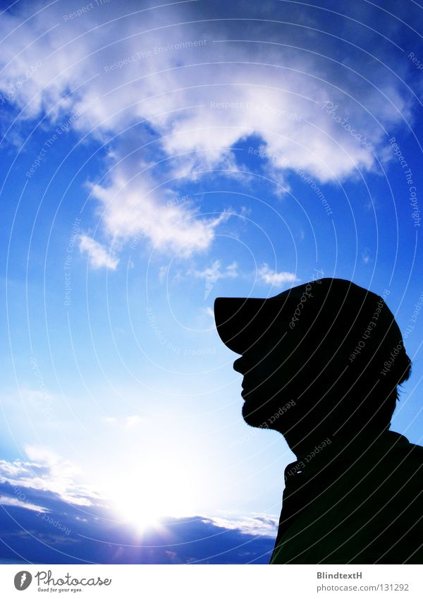 Looking Up Wolken Mann Mallorca Mütze Sonnenuntergang Sonnenaufgang dramatisch Einsamkeit träumen Denken Himmel Kraft blau Mensch Baseballmütze Blick