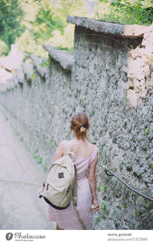 Sommerspaziergang Mensch Ferien & Urlaub & Reisen Jugendliche Junge Frau Sonne Ferne Leben feminin Lifestyle Freiheit gehen Zufriedenheit Freizeit & Hobby