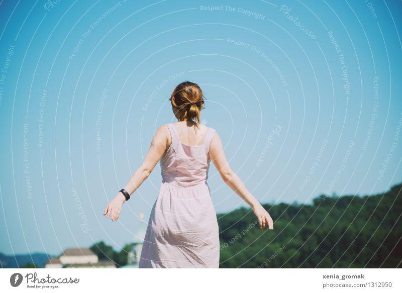 Freiheit Mensch Ferien & Urlaub & Reisen Jugendliche Sommer Junge Frau Sonne Freude Ferne Berge u. Gebirge Leben feminin Spielen Lifestyle fliegen träumen