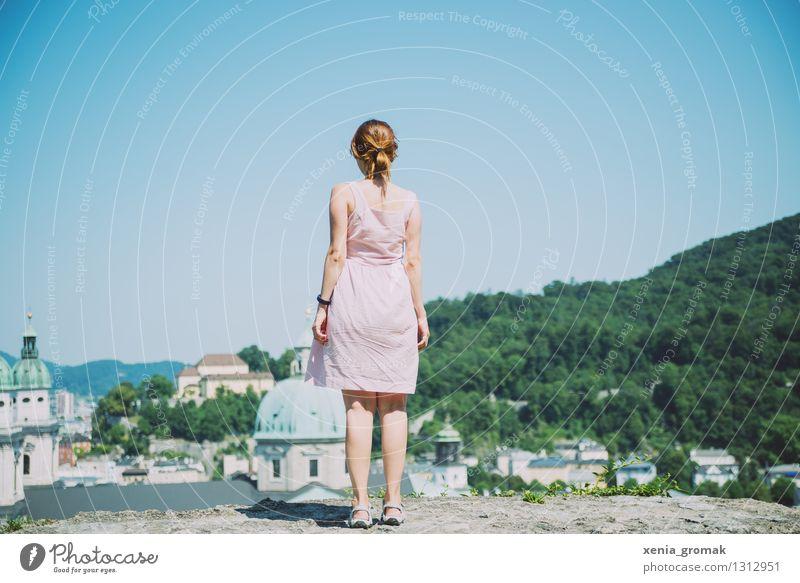 Salzburg Ferien & Urlaub & Reisen Jugendliche Sommer Junge Frau Sonne Erholung Einsamkeit Ferne 18-30 Jahre Berge u. Gebirge Erwachsene Leben Spielen Freiheit