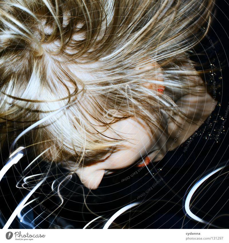 Twist and Shout Langzeitbelichtung Frau Experiment entdecken Teilung Ereignisse Licht stehen Gedanke Zeit Gefühle wahrnehmen Erscheinung Überraschung Stil