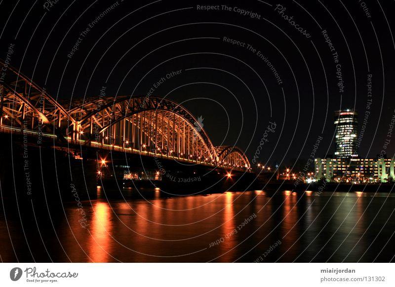 Köln vom andern Ufer Nachtaufnahme Langzeitbelichtung Licht Eisenbahn Brücke Landschaft Rhein Wasser Fluss Köln-Deutz Triangeltower