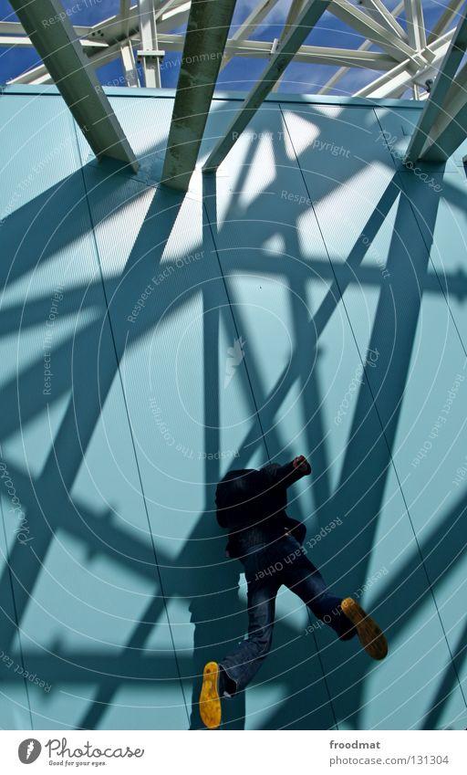 mit dem kopf durch die wand Mann blau Farbe Arbeit & Erwerbstätigkeit Wand springen Stil Glück Luft Linie Schuhe Zufriedenheit Geburtstag Rücken fliegen frei