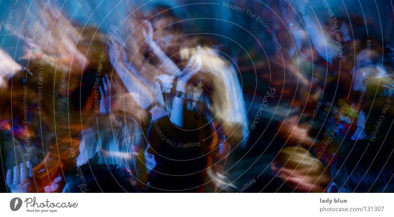 Party I Nachtleben Mensch Geister u. Gespenster Unschärfe verschoben Extase Konzert Bühne Aula Freundschaft Freude Club Musik Feste & Feiern Leben blau