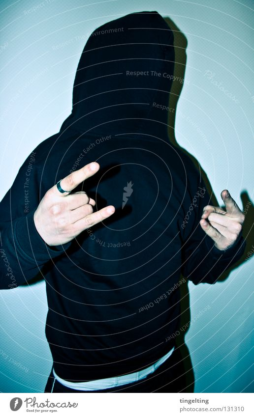 wer hat angst... Pullover Kapuze Jacke schwarz weiß Hand Finger Mann maskulin Rock 'n' Roll frontal kalt Freude bedecken Maske blau petrol